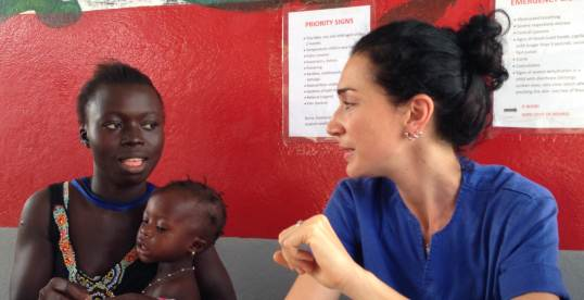 Sara al lavoro al Centro pediatrico di EMERGENCY a Goderich, in Sierra Leone