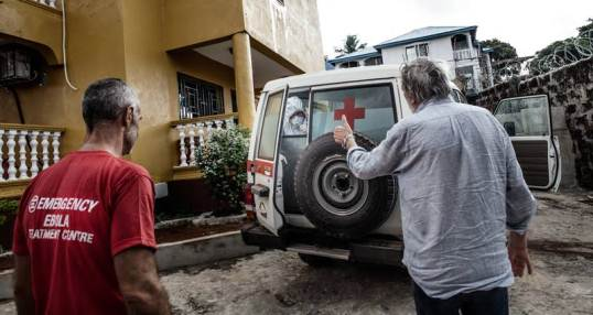 Gino Strada e il nostro staff salutano la jeep su cui il nostro collega contagiato dall'Ebola viene trasportato in aeroporto (foto: Gianluca Cecere)