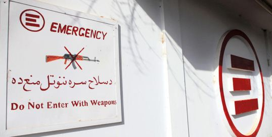 Il cartello NO WEAPONS all'ingresso dell'ospedale di EMERGENCY a Lashkar-gah, Afghanistan