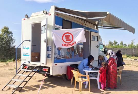 Lo staff di EMERGENCY al lavoro sulla clinica mobile in Iraq