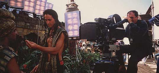 Bernardo Bertolucci, promotore della serata di raccolta fondi per il Nepal, sul set di Piccolo Buddha