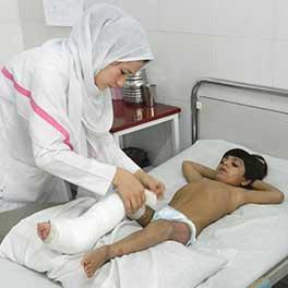 Una delle infermiere afgane del Centro chirurgico per vittime di guerra di EMERGENCY a Lashkar-gah, Afghanistan