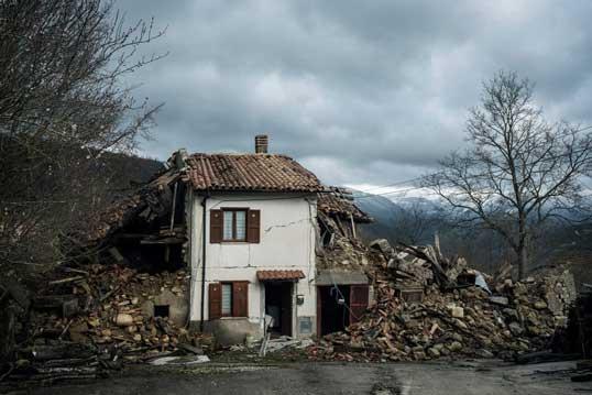 Una casa distrutta dal terremoto del 2016 in Centro Italia