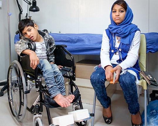 Rawad e sua sorella all'interno della nostra clinica nel campo di Ashti in Iraq