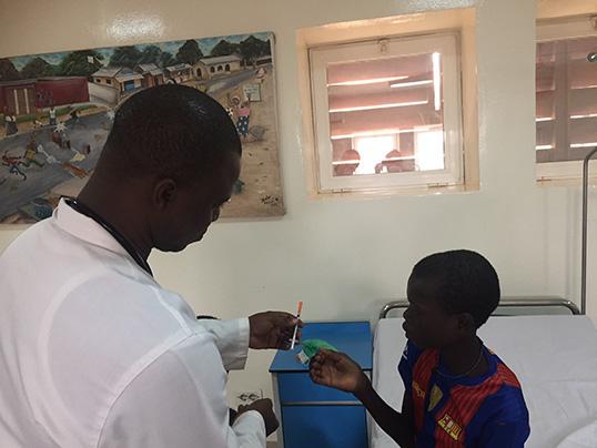 Celestin e il nostro staff medico del Centro pediatrico di EMERGENCY a Bangui in Repubblica Centrafricana