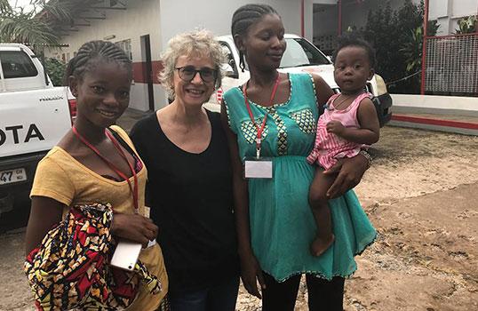 La dottoressa Gina, Marie e la figlia Blessing insieme all'ospedale di Goderich di EMERGENCY in Sierra Leone