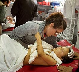 Giorgia, infermiera di EMERGENCY a Kabul, si prende cura di un bambino ferito