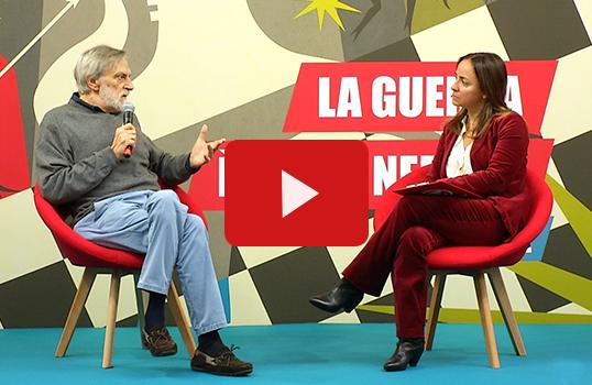 Camila Raznovich intervista Gino Strada durante l'evento per gli studenti