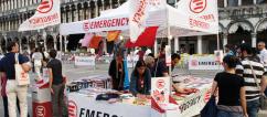 Un banchetto dei volontari di EMERGENCY