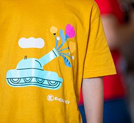 Bambino indossa una maglietta illustrata di EMERGENCY